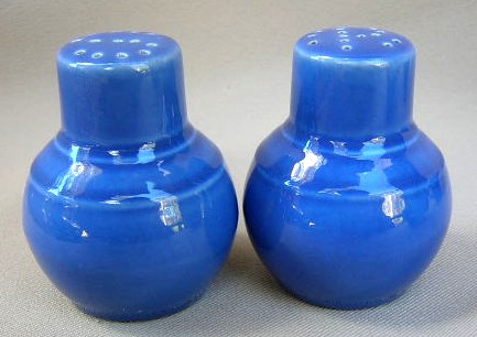 Make sure your browser can show photos and reload this page to see Metlox-Poppytrail-Vernon Pottery Early California - Cobalt Salt and Pepper set