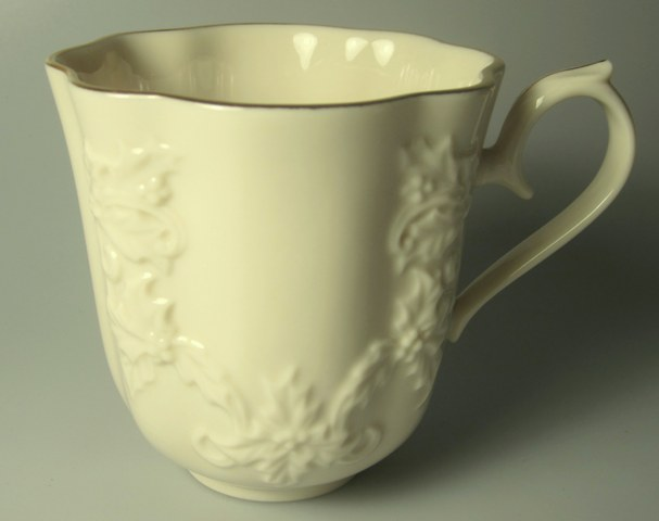Make sure your browser can show photos and reload this page to see Lenox China Holiday Hostess Giftware Mug   3 3/4